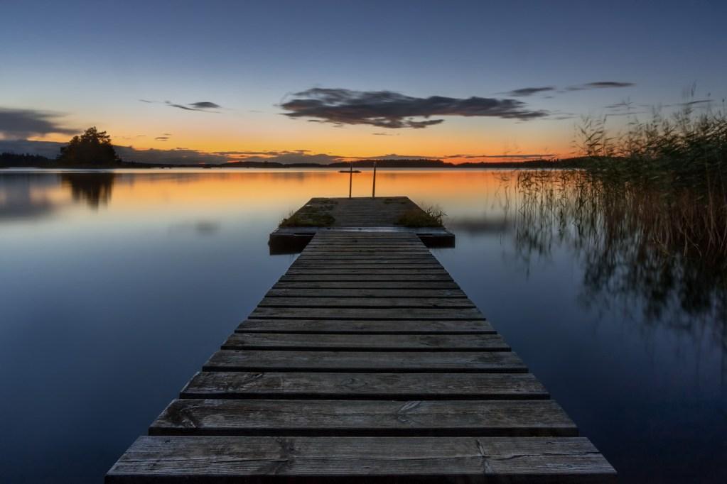 Foto eines Stegs zur Mitternachtssonne in Schweden.