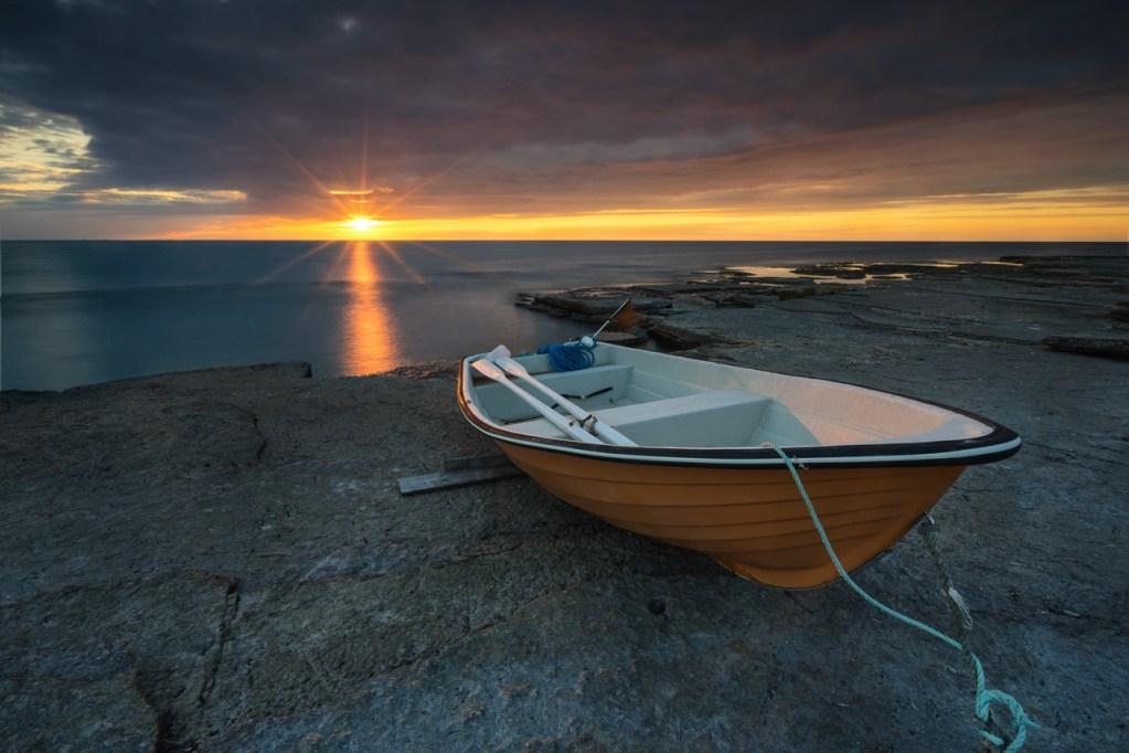 Foto eines Fischerboots zum Sonnenuntergang in Schweden auf Öland.