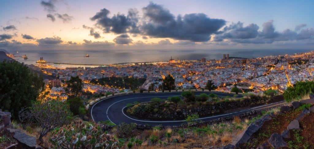 Ein Stadtpanorama zeigt den Blick auf Santa Cruz de Tenerife