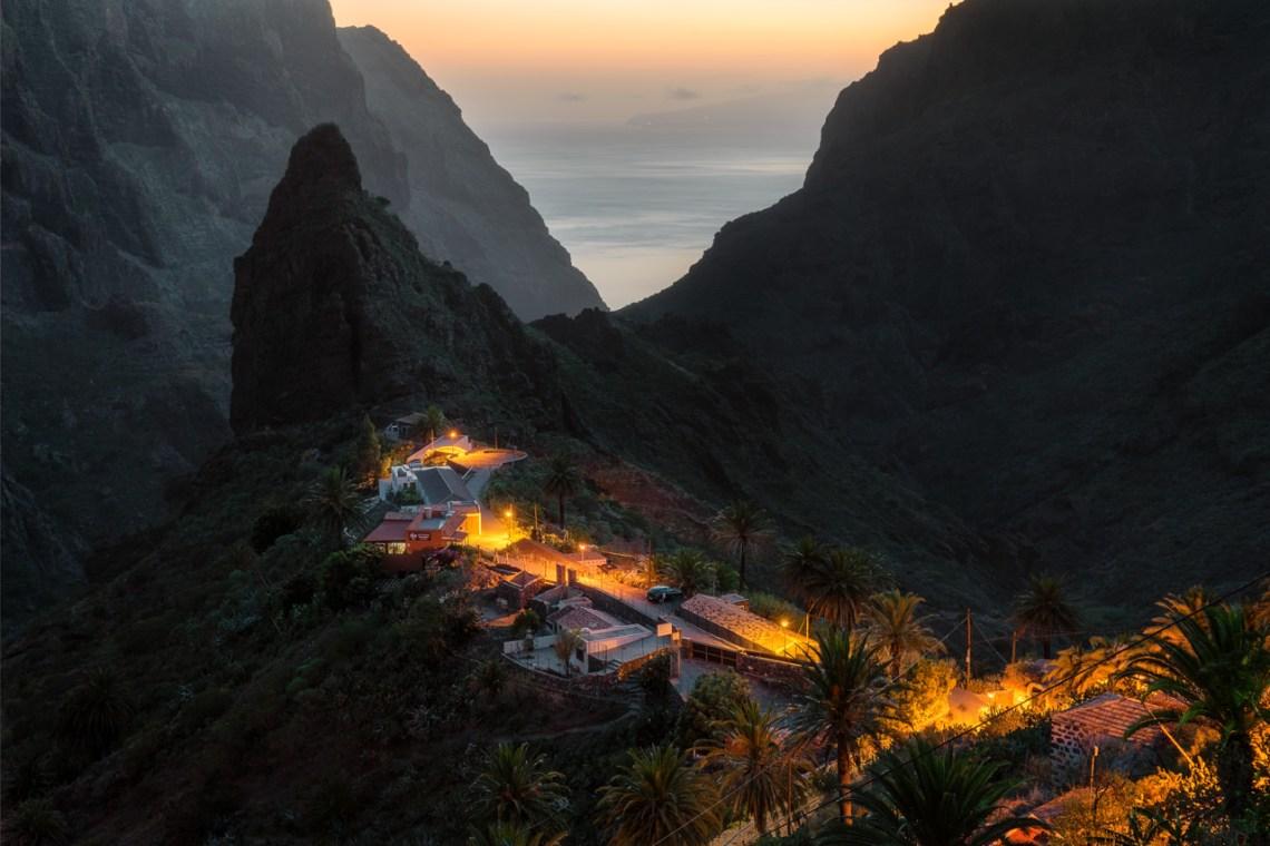 Das Dorf Masca auf Teneriffa zur blauen Stunde