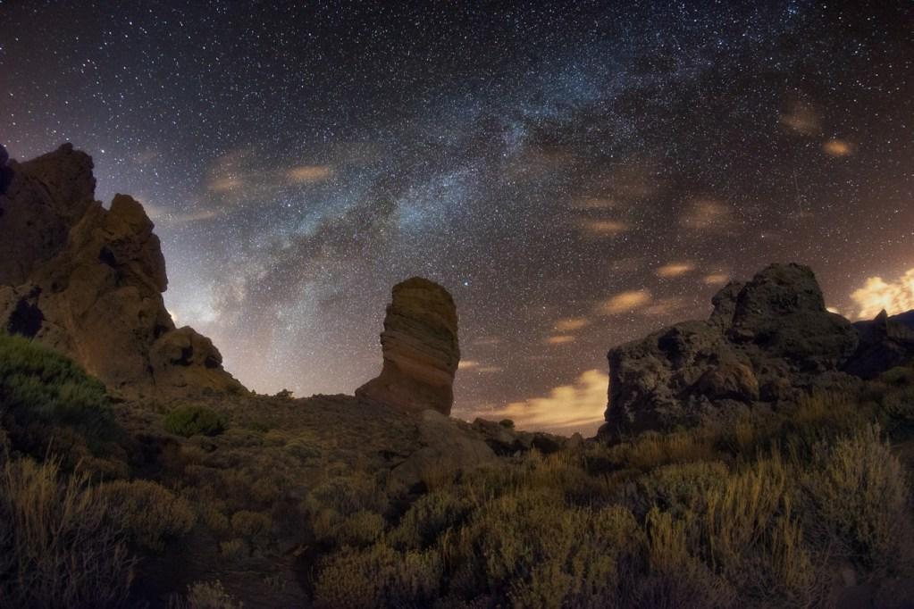 Die Roques de García im Teide-Nationalpark auf Teneriffa mit Milchstraße