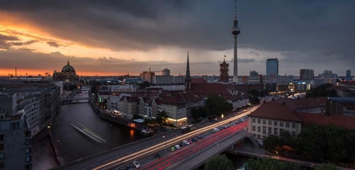 Fischerinsel in Berlin zum Sonnenuntergang und zur blauen Stunde