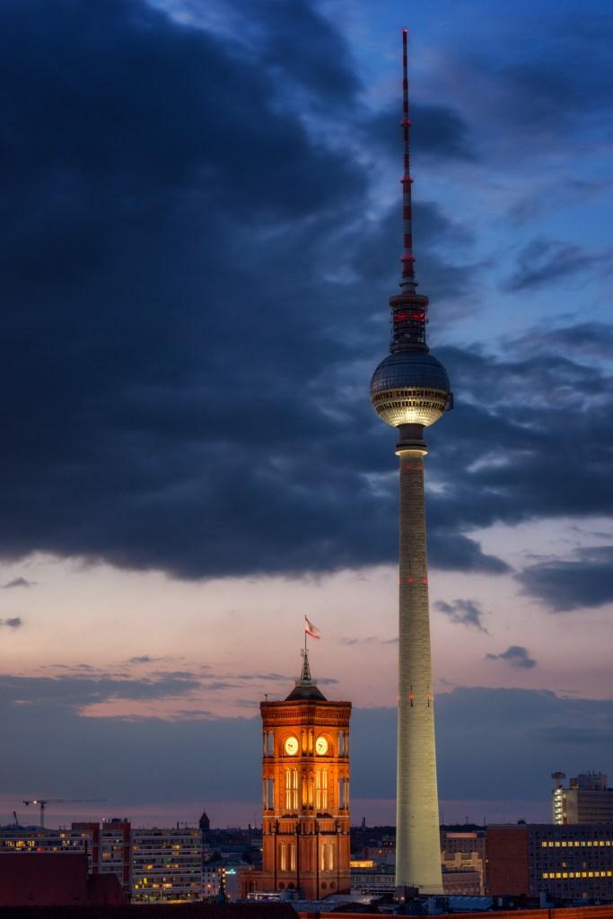 Das Rote Rathaus neben dem Fernsehturm in Berlin