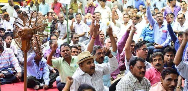उत्तराखंड में 5 लाख से ज्यादा कर्मचारियों पर सरकार हुई सख्त, हड़ताल के अंदेशे से प्रशासन चिंतित