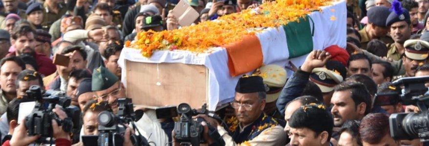 शहीद जांबाज मोहन लाल रतूड़ी की अंतिम विदाई में छलके आंसू, सीएम त्रिवेंद्र रावत समेत कई नेता हुए शामिल