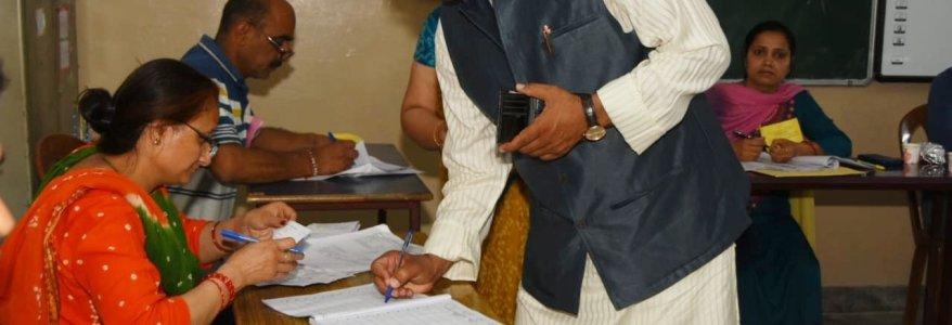 देश में पहले चरण का मतदान रहा शांतिपूर्ण, उत्तराखंड में 57.85 फीसदी मतदान, CM त्रिवेंद्र रावत ने भी डाला वोट
