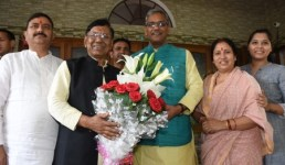 लोक गायक नरेंद्र सिंह नेगी को मिलेगा संगीत नाटक अकादमी पुरस्कार, मुख्यमंत्री ने घर जाकर बधाई दी
