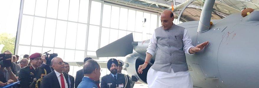 इंतजार खत्म, देश को मिला पहला राफेल लड़ाकू विमान, रक्षामंत्री ने ओम लिखकर स्वीकार किया