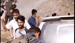 Video उत्तराखंड : सड़क पर खड़े थे लोग, भरभराकर गिरा बड़ा पहाड़