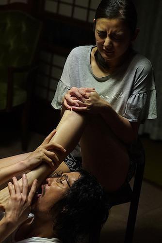 野田までもが富美子の足を舐め回すように