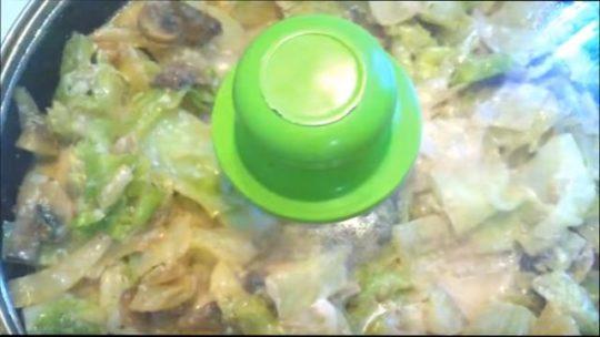добавить в тушеную капусту с грибами зелень