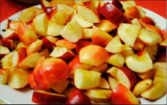 Яблоки хорошенько вымойте, снимите с них ножиком или овощечисткой кожуру