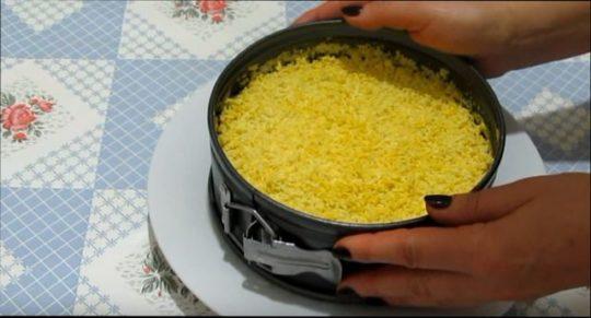 Классический салат Мимоза с консервой готов