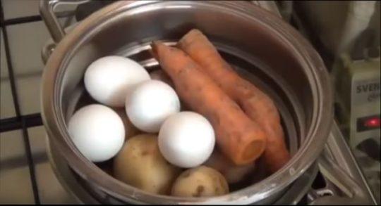 картошки, яйца и морковь хорошо моем и, не чистя кожицы, помещаем в кастрюлю