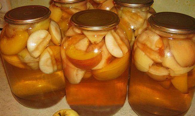 Ароматный компот с персиками и яблоками