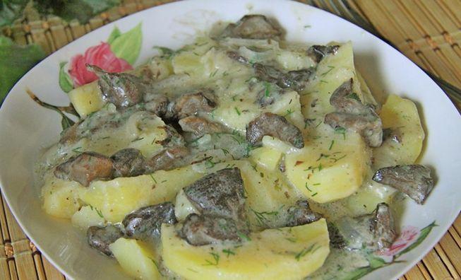 Картошка с грибами в сметане на сковороде под крышкой