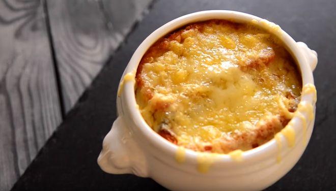 Подавать французский луковый суп следует