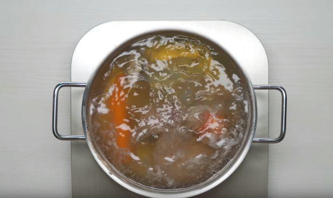 Солянку можно варить на разном бульоне