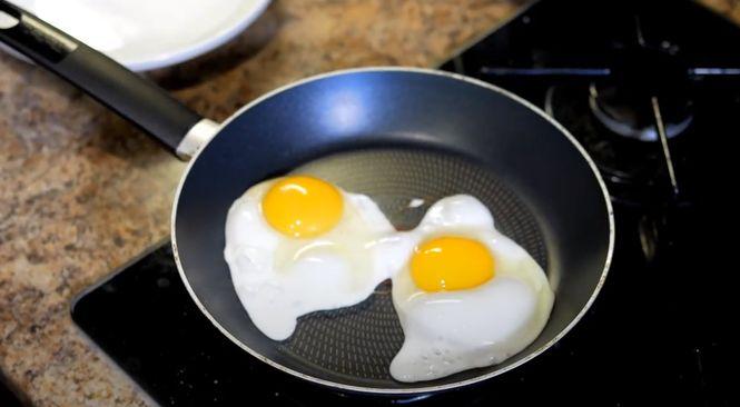 Выбирайте любой рецепт яичницы,