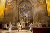 S. E. Mons. Pablo Colino, Canónigo y Maestro de Capilla emérito de la Basílica de San Pedro y Director del Coro Filarmónico, celebrando la Santa Misa – Forma Extraordinaria-. Basílica de San Pedro.