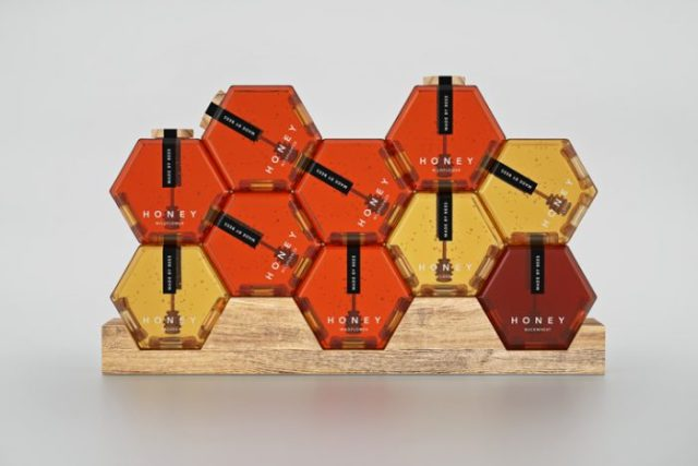 el packaging vende miel hexagonal
