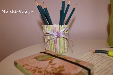 Porta-lápices decorativo con rollos papel
