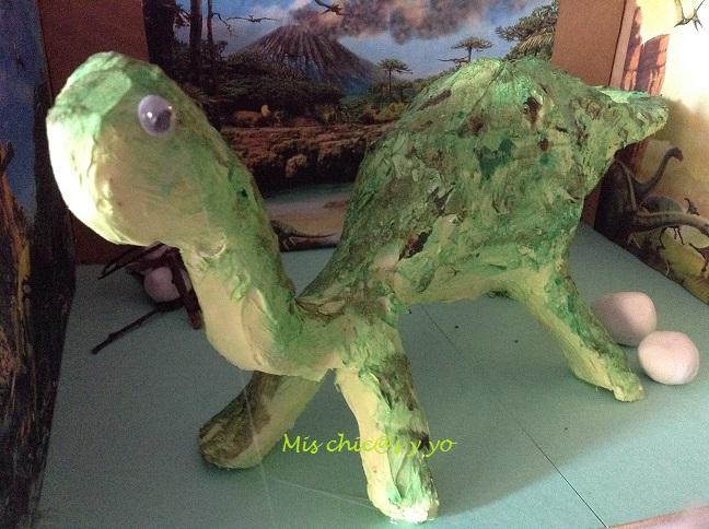 Dinosaurio en papel y cola, colegio