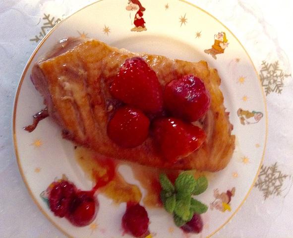 Plaro preparado de pechuga de pato con fresas