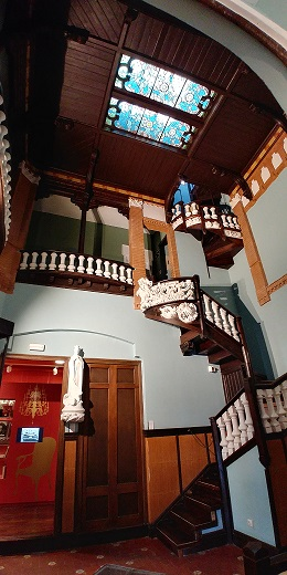 Escaleras, techos y vidrieras de la visita a la casa museo Lluís Domènech i Montaner