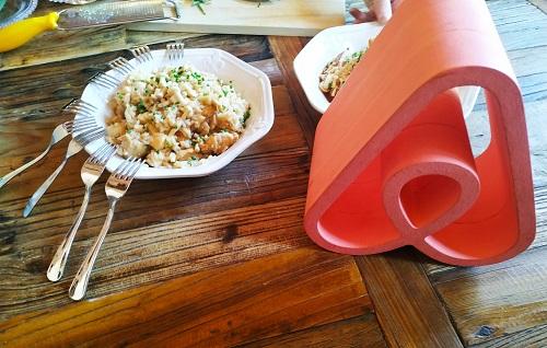 Pollo con arroz y logo Airbnb