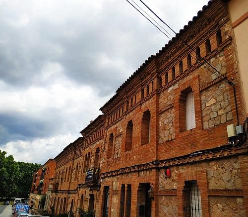 Calle de estilo industrial en la Colonia Güell