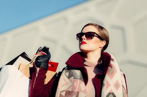modelo con bolsas de compras