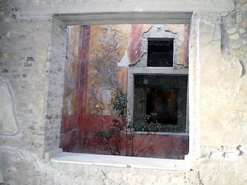 Villa de Popea, estructura de una ventana y pinturas en el interior