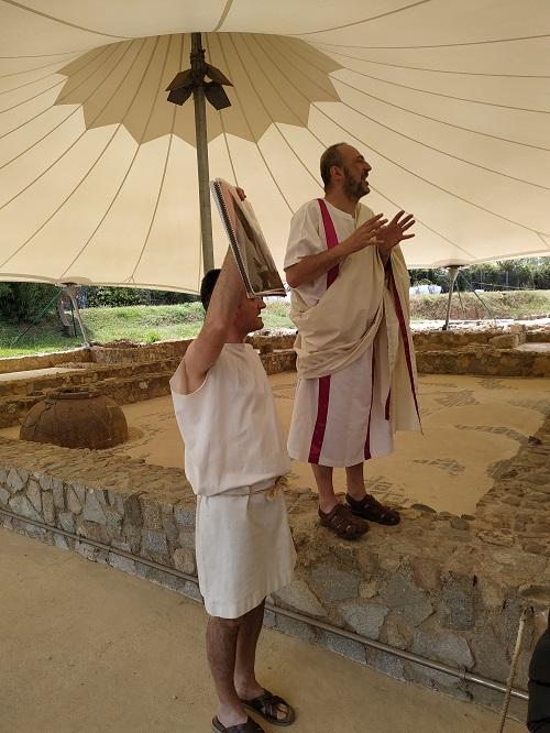 Romanos explicando sobre la Villa romana Torre Llauder
