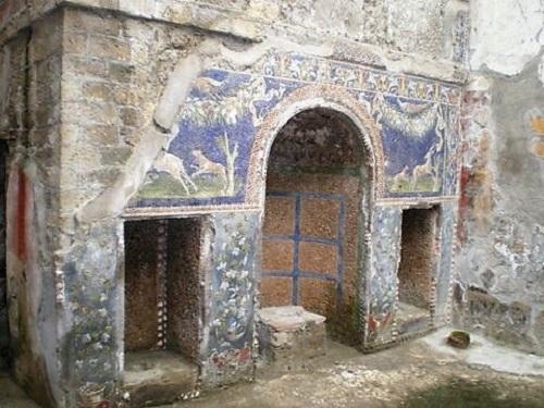 Arquitectura en el interior de una casa. Hornacinas pintadas