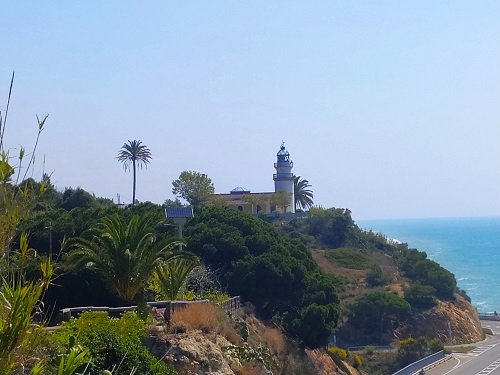 Faro de Calella visto desde la distancia