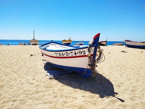 Barco de pesca en la playa de Calella