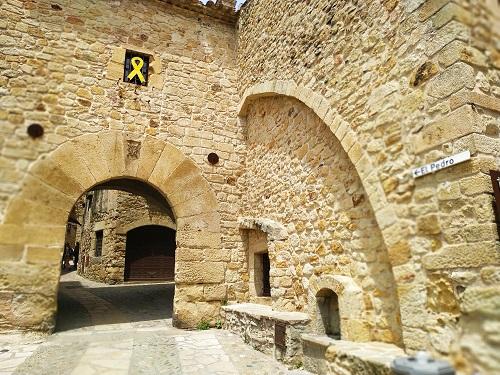 Arco en la Plaza Mayor de Pals medieval