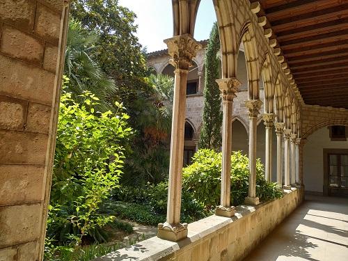 Claustro gótico del Monestir de Montsió De la mà d'Esplugues