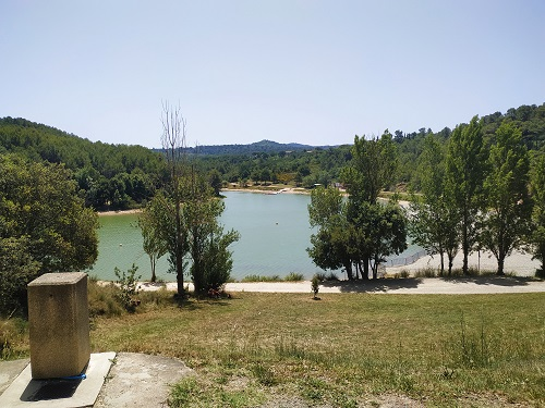 Vista general del lago de la Cavayère