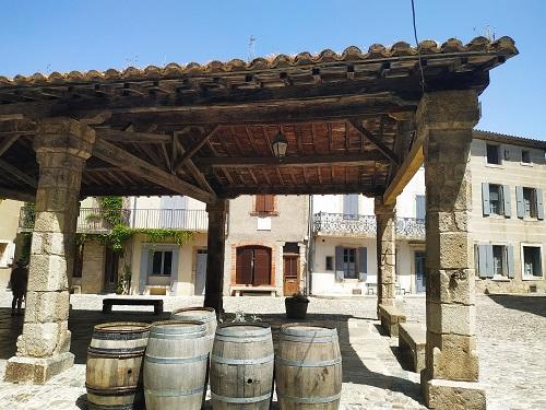 Vista lateral del mercado de Lagrasse