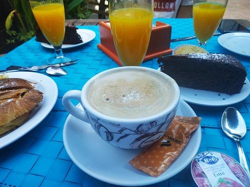 Mesa servida de desayuno