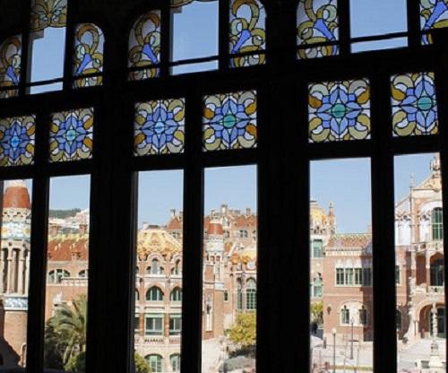 Vistas de los pabellones desde las vidrieras de una ventana Hospital de Sant Pau