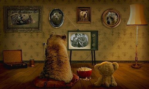 Familia de osos viendo la televisión en blanco y negro