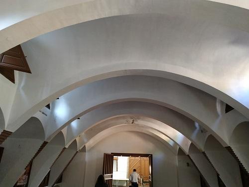 Interior de las caballerizas, pabellones Güell en Pedralbes