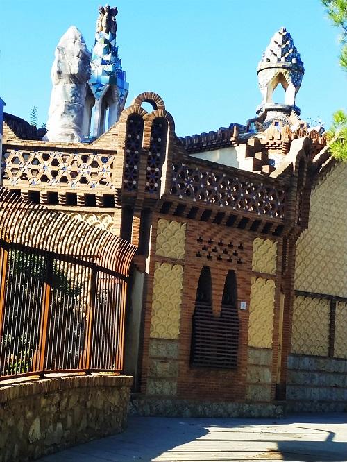 Fachada de la casa del portero, finca Güell
