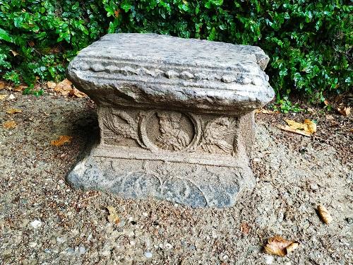 Pequeña ara, falso cementerio