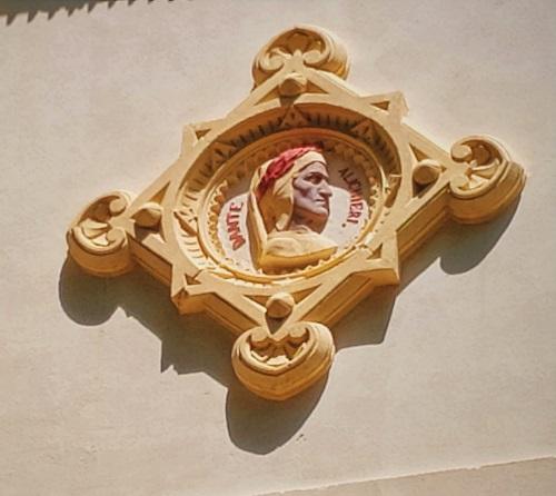 Detalle de Dante en fachada
