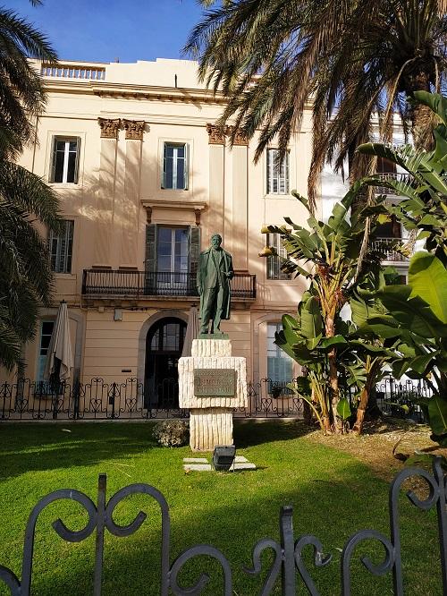 Estatua de Santiago Rusiñol en Sitges