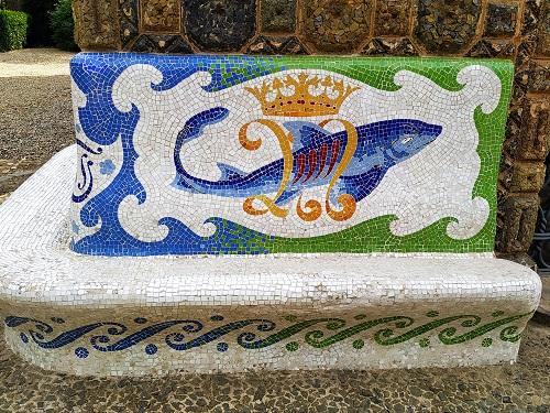Banco con delfín, bandera y corona, Torre Bellesguard